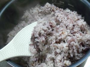 炊きたて黒米ごはん